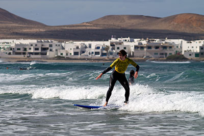 beginner surfing lessons in lanzarote